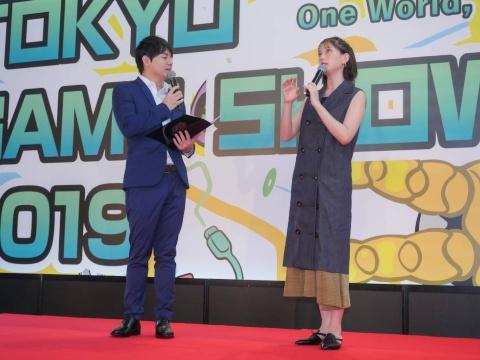 TGS2019のオフィシャルサポーターを務める本田翼さんがトークイベントに登壇! eスポーツ実況で知られる元朝日放送アナウンサー、平岩康佑氏を聞き手にゲームへの思いを語った。