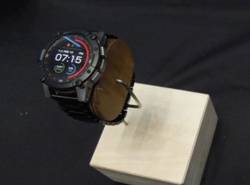 充電が一切不要な米マトリックス・インダストリー(MATRIX Industries)の「PowerWatch Series2」。ソーラーパネルはディスプレーの周囲に配置している(写真:日経 xTECH)