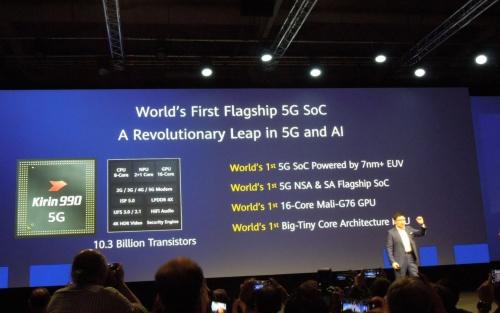 「Kirin 990 5G」の概要。「5GとAIに飛躍をもたらす」とうたい、「世界初」を連発した。登壇しているのが同社Consumer Business Group CEOのRichard Yu氏