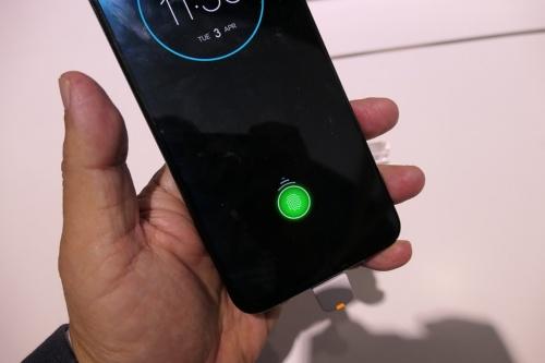 ディスプレー上での指紋認証に対応するなど、トレンドを一歩リードする機能を備えている