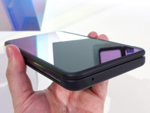 写真4 LG Dual Screenを折りたたんだ状態