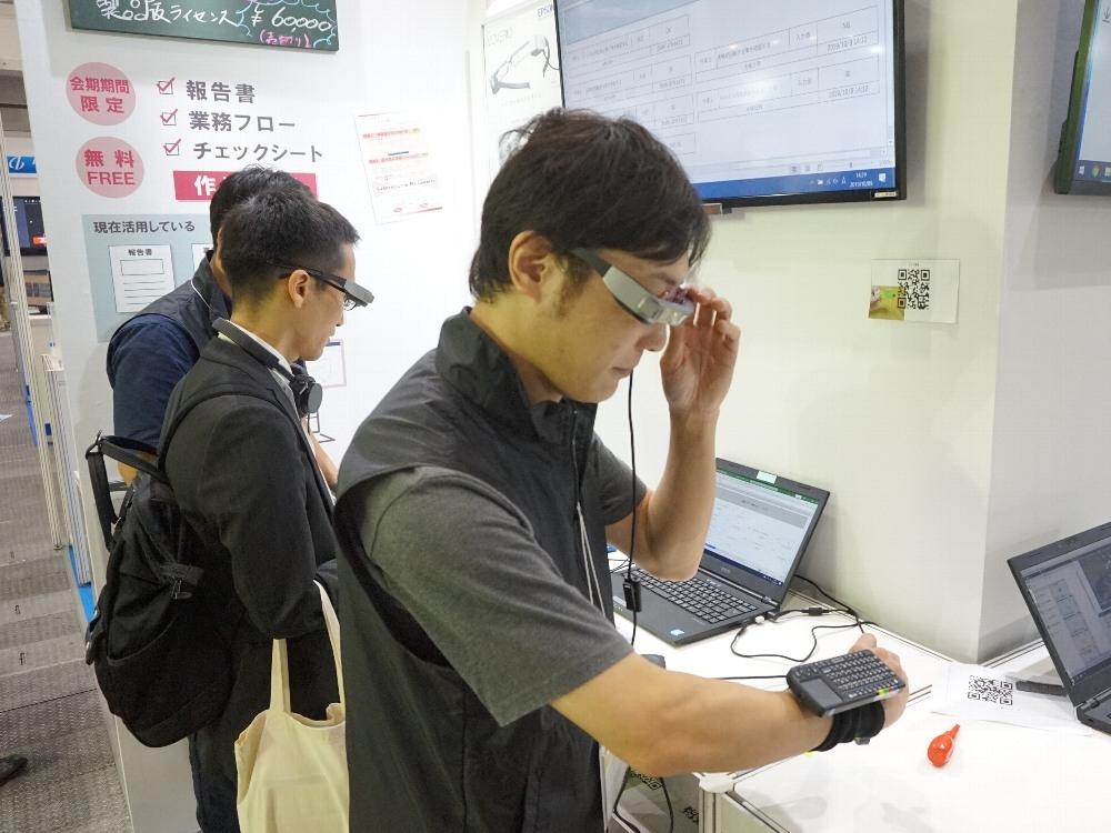 セイコーエプソンのスマートグラスを装着した様子 (写真:日経 xTECH)
