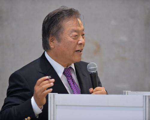 講演の冒頭に登壇したMetaMoJiの浮川和宣社長。「eYACHOは現場の徹底した働き方改革を推進できるアプリだ」と力説した(写真:菊池 一郎)