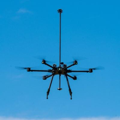 エアロネクストと中国MMCが共同開発した産業用ドローンの量産試作機「Next INDUSTRY」。4D GRAVITYの技術を採用した。スペックは、全高 1700×全幅1200×全長1000mm、重量7.5kg。飛行時間は25分で予定最高速度は20km/h