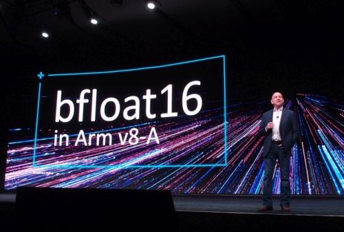 アームは「Armv8-A」アーキテクチャー(命令セット)の次世代仕様にbfloat16 データフォーマットを追加する。写真は「Arm TechCon 2019」での発表の様子。写真内の人物は同社 SVP & GM of InfrastructureのDrew Henry氏(撮影:日経 xTECH)