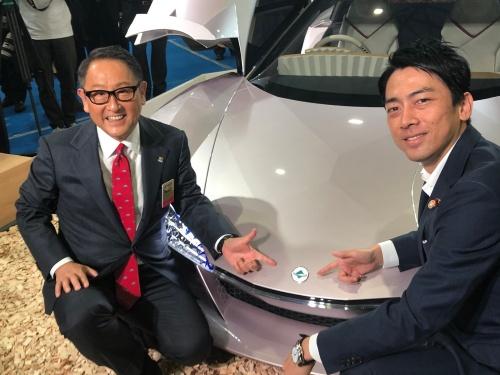 エンブレムを指さすトヨタ自動車の豊田章男社長(左)と小泉大臣