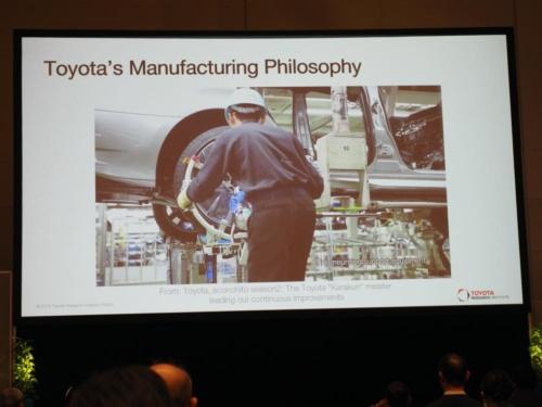 バジェラチャーリヤ氏が動画で示した自動車工場での製造現場。機械は人のサポートに徹していた。(写真:稲垣宗彦)