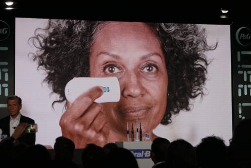肌をスキャンして色素沈着を検知し、インクジェット印刷技術を用いることで修正する