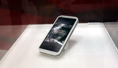 5G対応汎用スマホ。外形寸法は150mm×74mm×14mm。OSはAndroid。nano SIMスロットを備える。(写真:日経 xTECH)