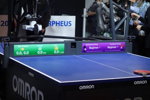 卓球台にはネットの代わりにパネルがあり、対戦相手の心拍や表情などを読み取るためのカメラ(中央)や、様々な情報を表示するディスプレーが搭載されている(写真:日経 xTECH)