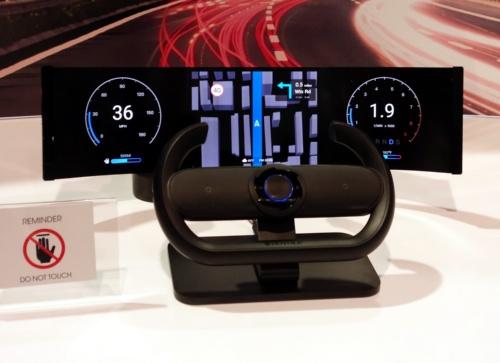 AMOLEDディスプレーを使った自動車用デジタルメーターの試作品。手前のステアリングハンドルにフレキシブルセンサーが内蔵されており、タッチ操作が可能というコンセプト。(写真:日経クロステック)