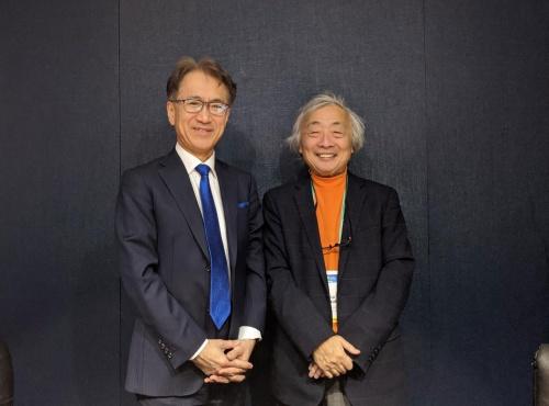 吉田社長(左)と筆者。ソニーブースにて。(写真:麻倉 怜士)
