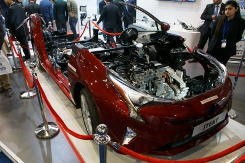 トヨタのハイブリッド車(HEV)「プリウス」のカットモデル。ジェイテクトのC-EPSを使う。