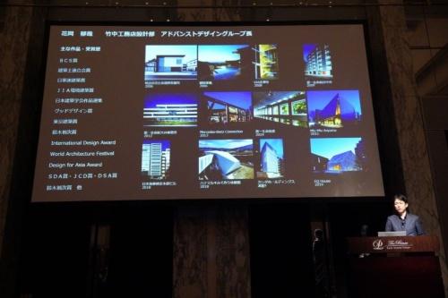 設計を手掛けた建物を紹介する花岡グループ長。数々の受賞歴を誇る
