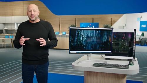 Gregory M. Bryant氏(左端)は、ニュースカンファレンスの最後に、Alder Lakeの試作チップが載ったPC上でWindowsが稼働している様子を公開した