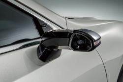図1 電子ミラーを量産車で初めて搭載したトヨタの「レクサスES」(左)。同車両のカメラ部(右)。(出所:トヨタ)