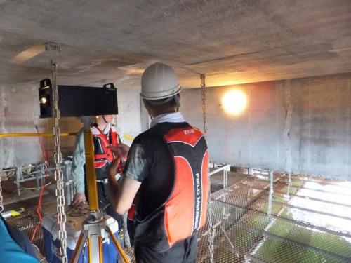 コンクリート表面に光を当て、反射光のうち近赤外領域の分光スペクトルを使って表面の塩分量を推定する「コンクリート劣化診断システム」。前田建設工業とトプコンが共同で開発した。塩分がコンクリートの内部に浸透すると、鉄筋の腐食につながりやすい(写真:前田建設工業)