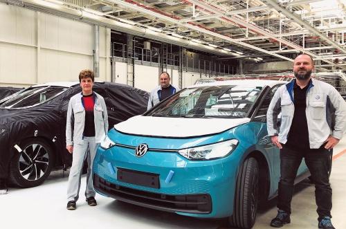 ドイツ・ツヴィッカウ工場で試験生産を再開したEV「ID.3」(右)とカバーで覆った次期EV「ID.4」