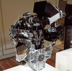図1 左がタント、右がN-BOXのエンジン