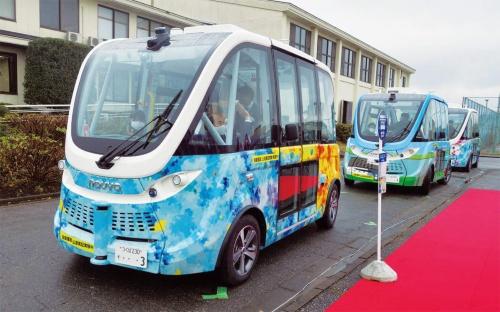 図1 茨城県境町で定常運行を始めたハンドルのない自動運転バス