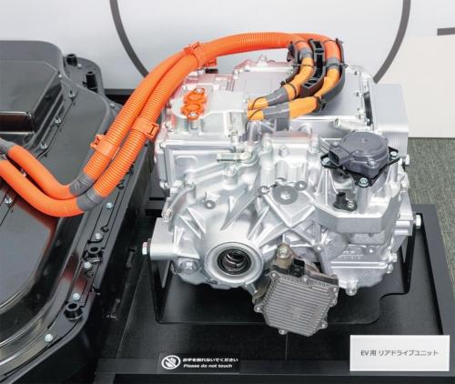 図2 後輪側のモーターとインバーター、減速機