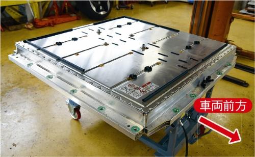 車両床下に搭載する。質量は374.5kgで、寸法は長さ1370×幅1450×高さ125mm。構造部材には、主にアルミニウム(Al)合金を用いる。韓国LG Chem(LG化学)製。(撮影:日経Automotive)