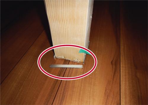 床養生シートを剥がした際、接着が甘かった幅木が外れたもの(写真:さくら事務所)