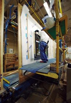 架台の足場は昇降機能が付いており、作業者が操作して簡単に上げ下げできる(写真:大菅 力)