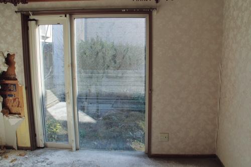 〔写真3〕窓ガラスに残された水位は2.2m