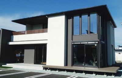Life Assistを搭載したLIXIL住宅研究所の住宅ブランド「フィアスホーム」のモデルハウス。山形市内に建築した(写真:左はLIXIL住宅研究所)