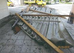 屋根は支柱と共に飛ばされ、被害マンションの8階に激突して路上に落下した(写真:日経ホームビルダー)