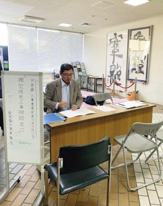 千葉県協会がデスクを設けて建築士が対応する相談会の様子。電話相談とは別に、館山市と鴨川市、南房総市、鋸南町で週2回開催する(写真:全国木造建設事業協会千葉県協会)