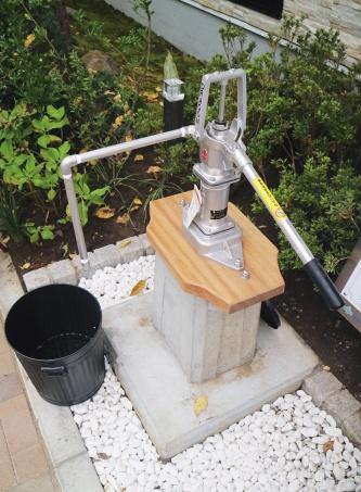 〔写真3〕手こぎポンプの井戸を設置