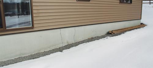 〔写真2〕築8カ月の住宅の基礎にひび割れ