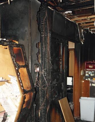 〔写真2〕間仕切り壁が激しく燃えた