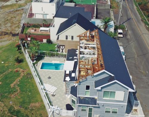 〔写真2〕母屋と垂木ごと飛ぶ