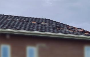 平板の防災瓦が飛んだ旭市内の築1年の住宅。瓦は長さ65mmのスクリングくぎで留めていた。ガイドラインに準拠した仕様だ(写真:桶市ハウジング)