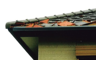 軒部の瓦が飛んだ香取市内の築10年以内の住宅。軒部は「セブンくぎ」で留めていた。ガイドラインに準拠した仕様だ(写真:千葉県瓦工事業組合)