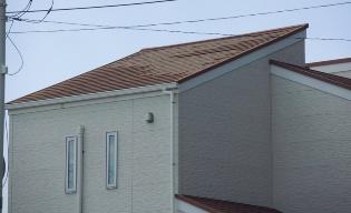 鋸南町岩井袋地区で発見した築浅住宅の化粧スレート被害(写真:日経ホームビルダー)