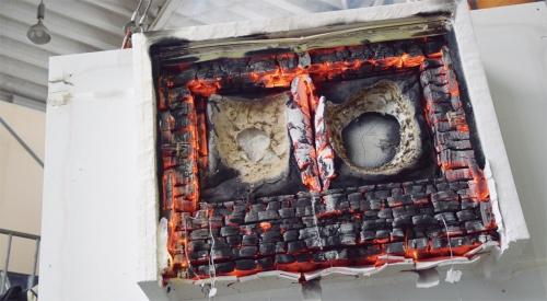 実験終了後の試験体3の様子。外装材が剥がれ落ち、断熱材が溶けている。一方、屋内側は実験終了まで燃焼には至らなかった(写真:城東テクノ)