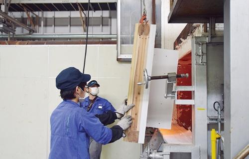 外壁通気工法を模した試験体を実験用の炉に取り付ける様子(写真:城東テクノ)