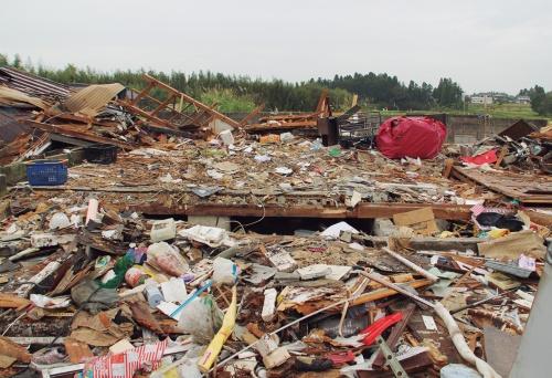 〔写真3〕ブロック基礎の住宅は倒壊