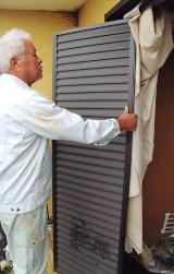 枠から外れていた鋼板製外付け雨戸(写真:日経ホームビルダー)
