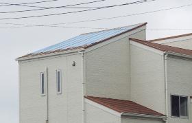 南房総市に立つ化粧スレートぶきの住宅。福原建築が台風15号の被災箇所の応急処置を頼まれていた。胴縁で四周と中間部を留めていたブルーシートは飛散しなかった(写真:日経ホームビルダー)