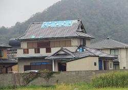 ロープと土のうで留めるだけでなく、防水テープで四周の隙間を塞いでいたブルーシートの住宅。台風19号で剥がれなかった。鋸南町で撮影(写真:日経ホームビルダー)