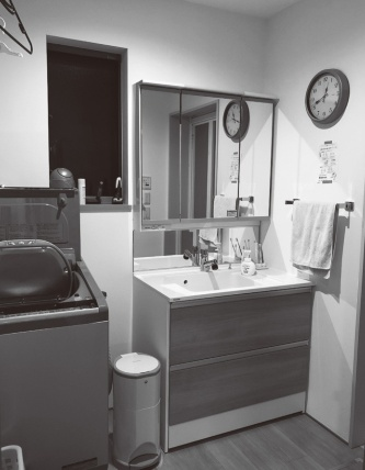 朝は妻子と入れ替わりで使用する洗面台。最初に洗顔する人は水しか出ないので、「罰ゲームのようだ」と山川氏は言う(写真:山川氏)
