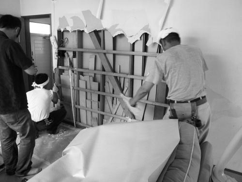 耐震補強の際、既存の壁の仕上げ材を撤去したところ、壁内には大量の木材の切れ端が見つかった(写真:石森氏)