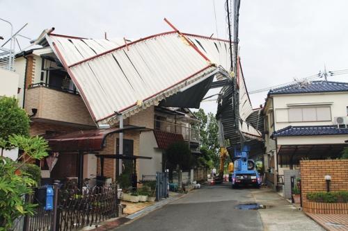 〔写真1〕工場の屋根が戸建て住宅を直撃