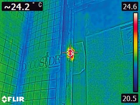 撮影したサーモ画像。「気密の穴」に周囲と温度差が生じているのが分かる(写真:グラウンド・ワークス)