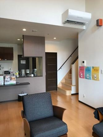 モデルハウス1階のリビング・ダイニング。大空間を1台のエアコンで制御している。キッチンに環境センサーを設置している(写真:日経 xTECH)